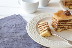 Stuk van gelaagde cake (de Hongaarse cake van Dobosh) stock foto