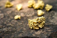 stuk van goud op een steen royalty-vrije stock foto