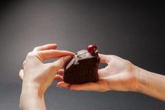 Stuk van heerlijke cake met kers op bovenkant Stock Foto's