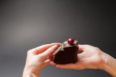 Stuk van heerlijke cake met kers op bovenkant Stock Foto