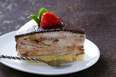 Stuk van heerlijke dessert feestelijke cake met chocolade Royalty-vrije Stock Afbeeldingen