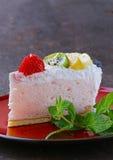 Stuk van heerlijke dessert feestelijke cake met chocolade Royalty-vrije Stock Foto