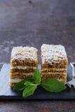 Stuk van heerlijke dessert feestelijke cake met chocolade Royalty-vrije Stock Afbeelding