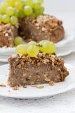 Stuk van heerlijke nootpastei met druiven, close-upverticaal Stock Afbeelding