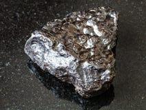 Stuk van het Ertssteen van de Hematietnier op zwarte stock foto