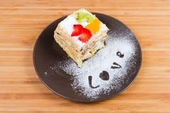 Stuk van het gelaagde biscuitgebak met vruchten decoratie stock foto's