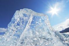 Stuk van ijs en de zon op de winterMeer Baikal stock afbeelding