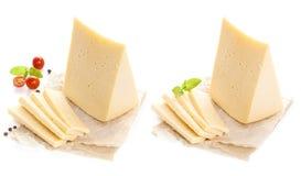Stuk van kaas dat op witte achtergrond wordt geïsoleerd? stock afbeeldingen