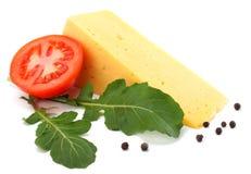 stuk van kaas met rucola op witte achtergrond wordt geïsoleerd die stock fotografie
