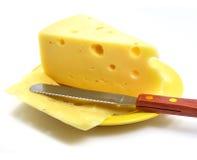Stuk van kaas op de plaat Stock Foto