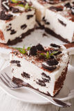 Stuk van kaastaart met de close-up van chocoladekoekjes verticaal Stock Fotografie