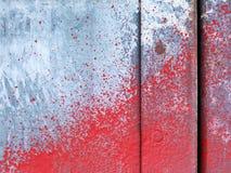 Stuk van metaaldeur met rode verf wordt bestrooid die Royalty-vrije Stock Afbeeldingen