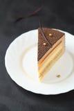 Stuk van Multi-layered Cake van de Fluweelmousse Stock Afbeeldingen