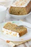 Stuk van oranje cake en cake op de achtergrond Royalty-vrije Stock Foto's