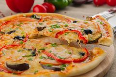 Stuk van pizza op een lijst stock afbeeldingen