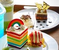 Stuk van rechthoekige de regenboogcake van het vormfluweel met lepel van bestelwagen Royalty-vrije Stock Fotografie