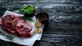 Stuk van ruw lamsvlees stock footage