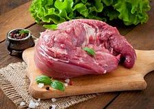 Stuk van ruw varkensvleeshaasbiefstuk stock fotografie