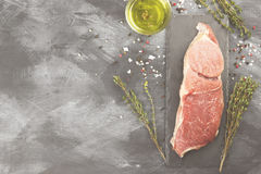 Stuk van ruw vlees van rundvlees op een leiraad met peper, olijf oi Royalty-vrije Stock Foto