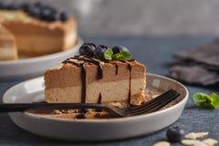 Stuk van ruwe veganist chocolade-karamel kaastaart met bosbessen royalty-vrije stock afbeelding