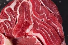 Stuk van ruwe verse rundvleessteel, lager deel van koe` s voorpoot stock fotografie