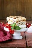Stuk van saus van de vanille de cake verfraaide karamel royalty-vrije stock afbeelding