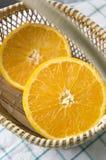 Stuk van sinaasappel in mand Stock Afbeeldingen