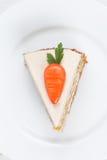 Stuk van smakelijk wortelbiscuitgebak met gebakje Stock Afbeelding