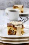 Stuk van toffee en vanillecake stock foto