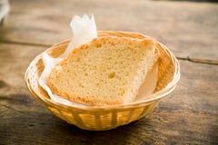 Stuk van vers brood in mand stock foto's