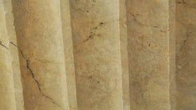 Stuk van verwerkt marmer, bouwmateriaal in klassieke antieke architectuur stock footage
