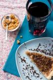 Stuk van zoete cake met karamel en chocolade en een glas Stock Foto