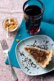 Stuk van zoete cake met karamel en chocolade en een glas Royalty-vrije Stock Afbeeldingen