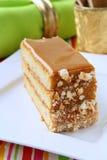 Stuk van zoete cake met karamelroom Stock Fotografie