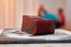 Stuk van zoete chocoladepastei op zwarte scherpe raad Stock Fotografie
