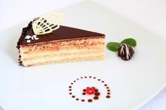 Stuk van zoete en smakelijke chocoladecake met decoratie Royalty-vrije Stock Foto's