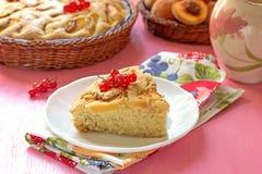 Stuk van zoete perzikcake met rode aalbessen Royalty-vrije Stock Afbeelding