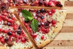 Stuk van zoete pizza met bes, redcurrant, munt en chocolade Stock Foto's