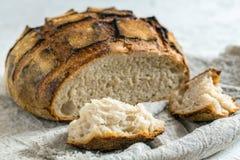 Stuk van zuurdesembrood en een brood van artisanaal brood stock afbeelding