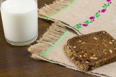 Stuk van zwart brood met zonnebloemzaden stock foto's