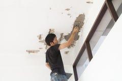 Stukadoor bij de decoratie van de plafondvernieuwing Royalty-vrije Stock Afbeeldingen
