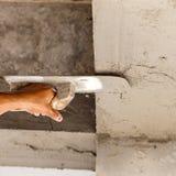 Stukadoor concrete arbeider bij muur van huisbouw Stock Foto