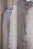 Stukadoor concrete arbeider bij muur van huisbouw Stock Fotografie