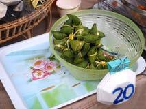 Stukający słodki Zongzi, Chiński styl Kleisty Rice zawijający w Bambusowych liściach sprzedaje w rynku Obraz Stock