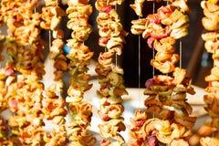 Stukken appelen droog op een kabel Royalty-vrije Stock Afbeeldingen