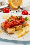 Stukken gebraden vissen met plantaardige marinade. Stock Fotografie