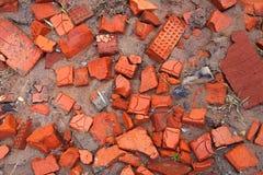 Stukken gebroken bakstenen stock foto's