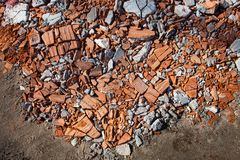 Stukken geslagen bakstenen en concrete blokken Stock Afbeeldingen