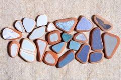 Stukken kleurrijke die tegels door het overzees worden opgepoetst Stock Afbeeldingen
