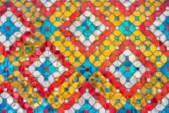 Stukken multicolored ceramische en gekleurde die spiegeltegels op tempel in Wat Phra Kaew, Bangkok, Thailand worden verfraaid Royalty-vrije Stock Afbeelding